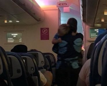 A flight attendant took an extra mile and helped stop a toddler from crying. [Image Credit: Rachel Yuen / Facebook]